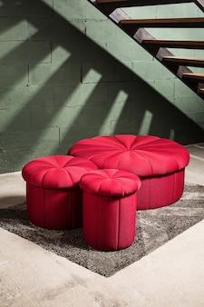 Mobília e muro de concreto com iluminação local, profundidade de campo rasa, foco no sofá marrom.