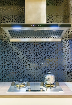 Mobília moderna da cozinha com kitchenware contemporâneo na casa.