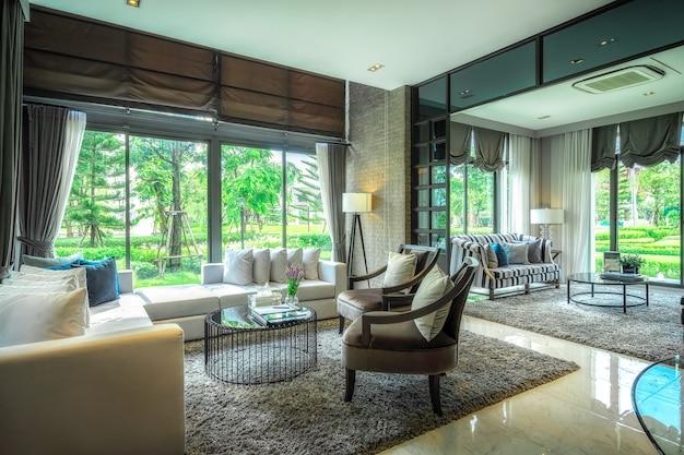 Mobília moderna sala de estar e equipamentos para um ambiente confortável.