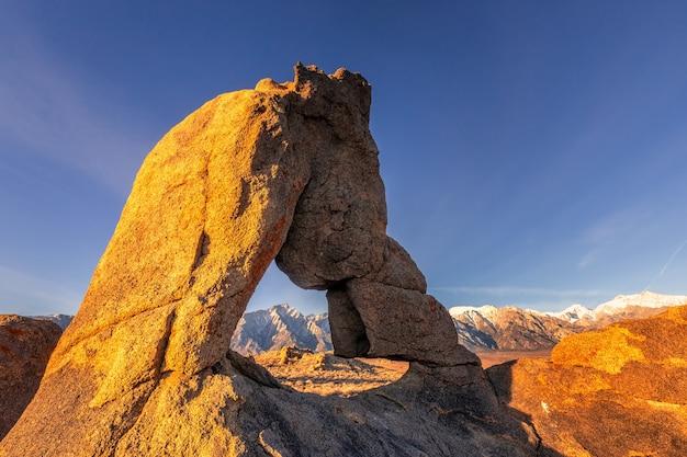 Mobius arch em lone pine vista no nascer do sol em alabama hills, eastern sierra nevada mountains, lone pine, califórnia, eua.