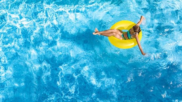 Moça ativa na piscina