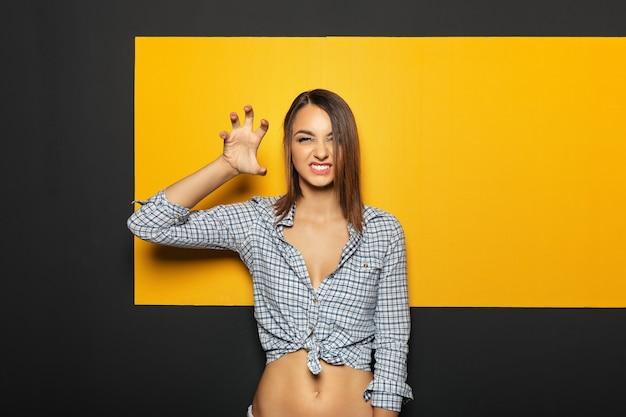 Moça bonita brincando no estúdio