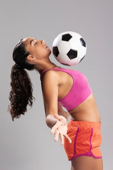 Moça bonita com bola de futebol