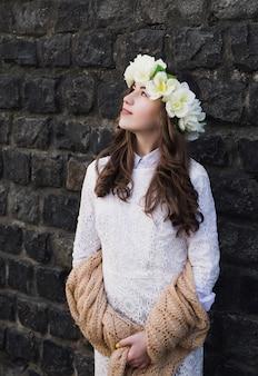 Moça bonita com uma faixa floral
