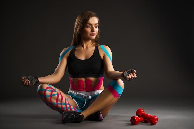 Moça bonita dos professores de ioga