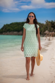 Moça bonita durante férias tropicais da praia