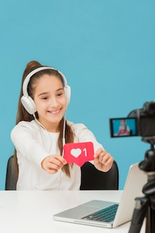 Moça bonita feliz para gravar o vídeo