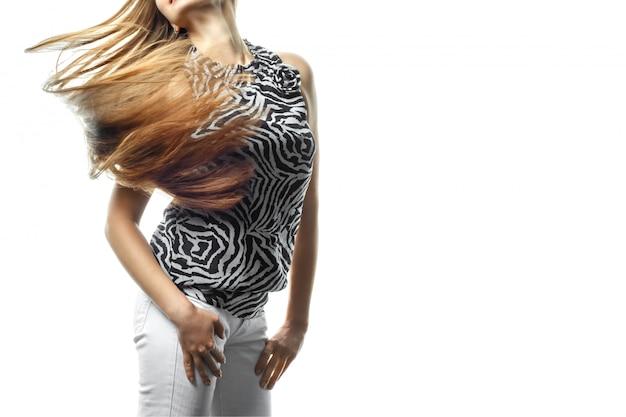 Moça bonita no movimento com um cabelo perfeitamente liso no branco.