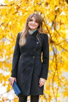 Moça bonita no parque do outono
