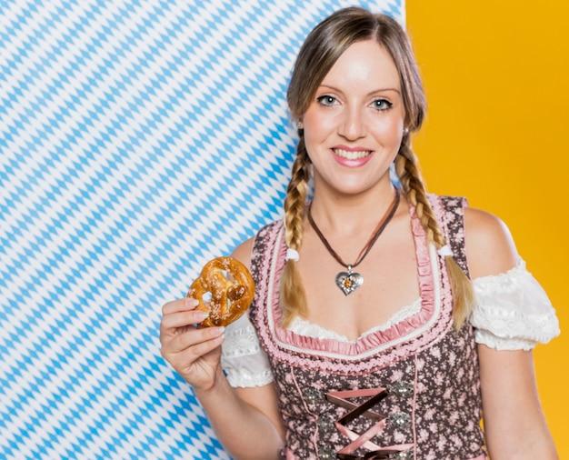 Moça bonita que guarda o pretzel