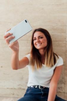 Moça bonita que sorri na câmera