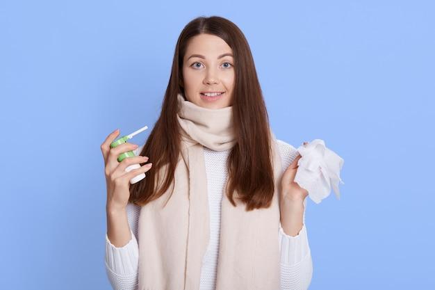 Moça bonita vestindo suéter branco e lenço