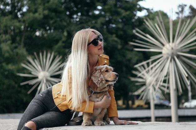 Moça com cão no parque