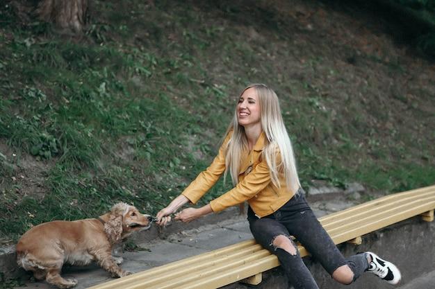 Moça com cão passeios no parque