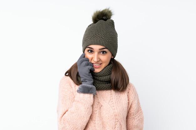 Moça com chapéu do inverno nervoso e assustado