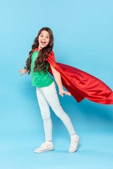 Moça com fantasia de herói