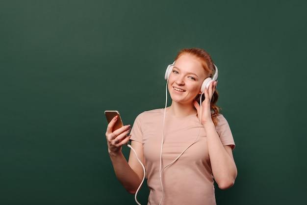 Moça com fones de ouvido e um telefone celular