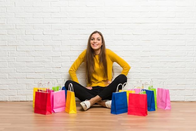 Moça com muitos sacos de compras felizes e sorridentes