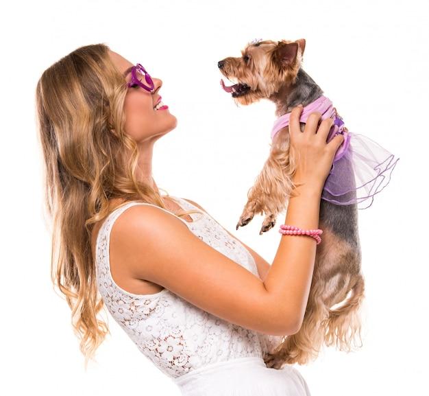 Moça com o cão bonito do yorkshire terrier.