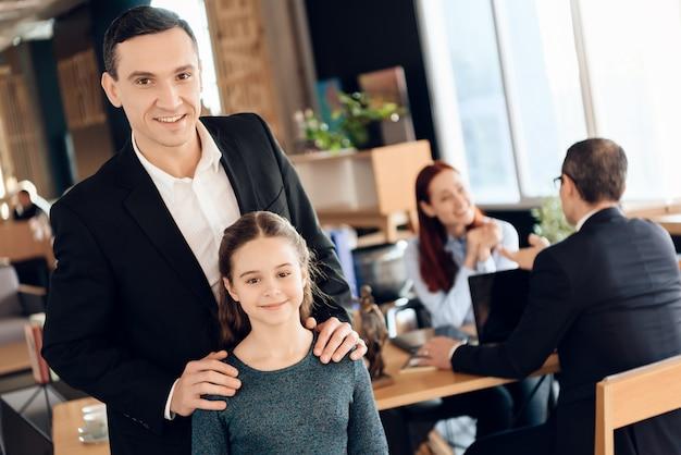 Moça com o pai no escritório do advogado da família.
