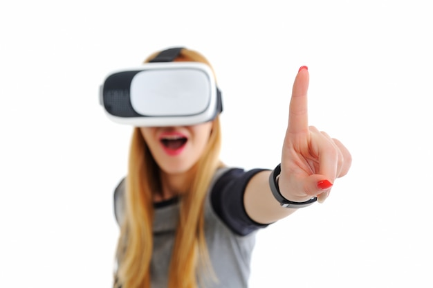 Moça com óculos de realidade virtual em branco