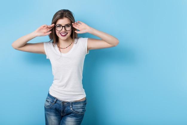 Moça com óculos em estilo moderno