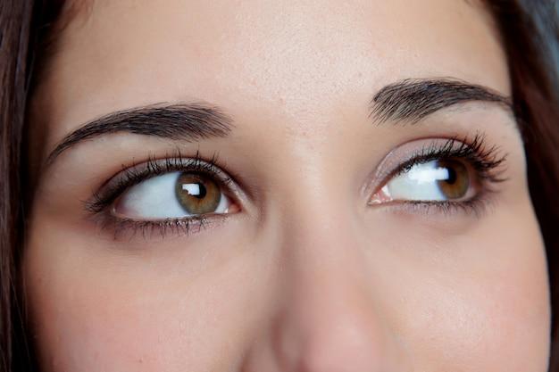 Moça com olhos marrons que pensa