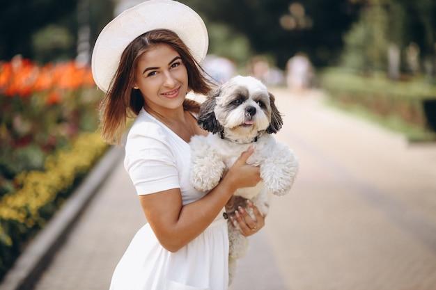 Moça com seu animal de estimação ao ar livre