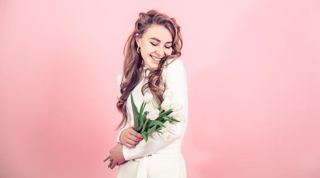 Moça com tulipas em uma parede colorida