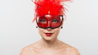 Moça de máscara com penas vermelhas
