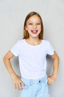 Moça em camiseta branca fura a língua para fora
