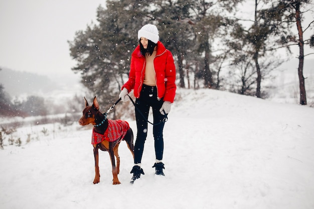 Moça em um parque do inverno
