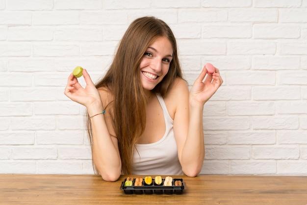 Moça em uma cozinha com macaroons