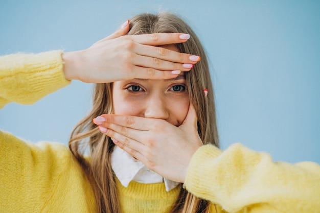 Moça isolada mostrando expressões do rosto