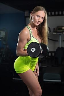 Moça muscular atlética
