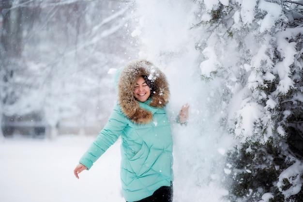 Moça na floresta do inverno