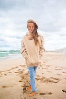 Moça na praia na tempestade