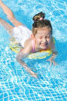 Moça nadando na piscina