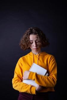 Moça no hoodie amarelo