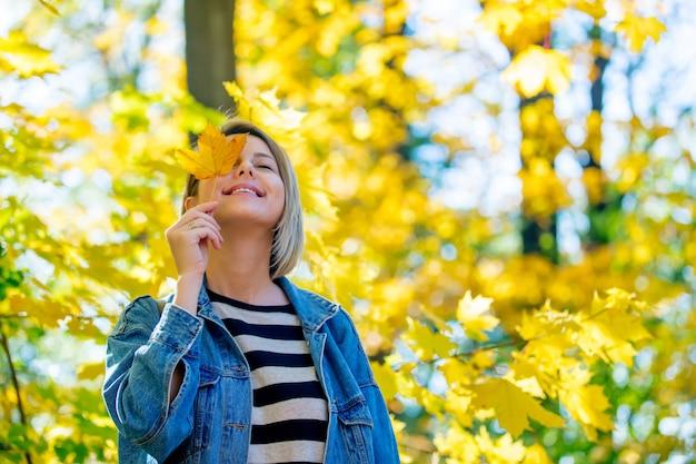 Moça no parque da estação do outono