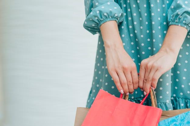 Moça no shopping com espaço da cópia