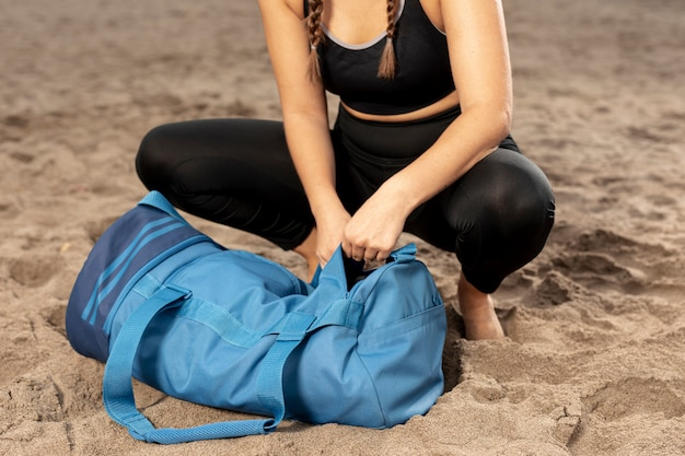 Moça no treinamento do sportswear ao ar livre
