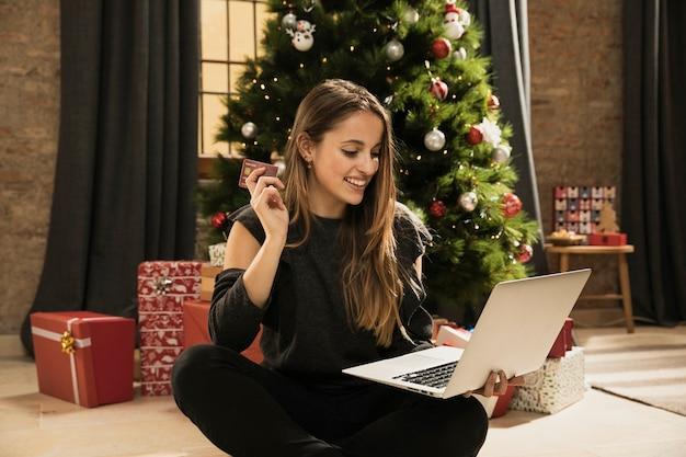 Moça pronta para comprar on-line