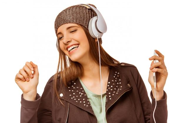 Moça que escuta a música com fones de ouvido.