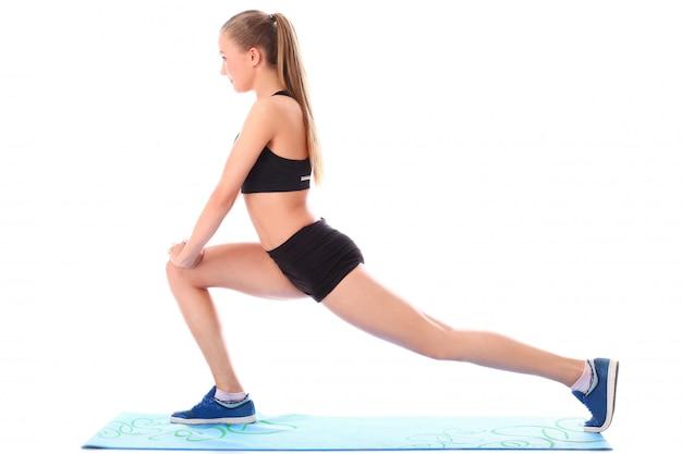Moça que faz exercícios streching