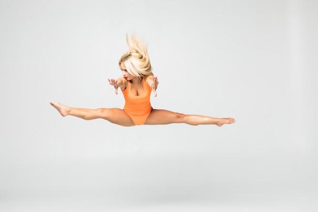 Moça que faz o exercício da ginástica isolado