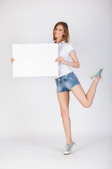Moça que guarda o cartão vazio branco grande.