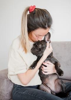 Moça que guarda seu filhote de cachorro bonito
