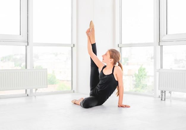 Moça que mostra a flexibilidade