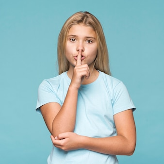 Moça que mostra o sinal do silêncio